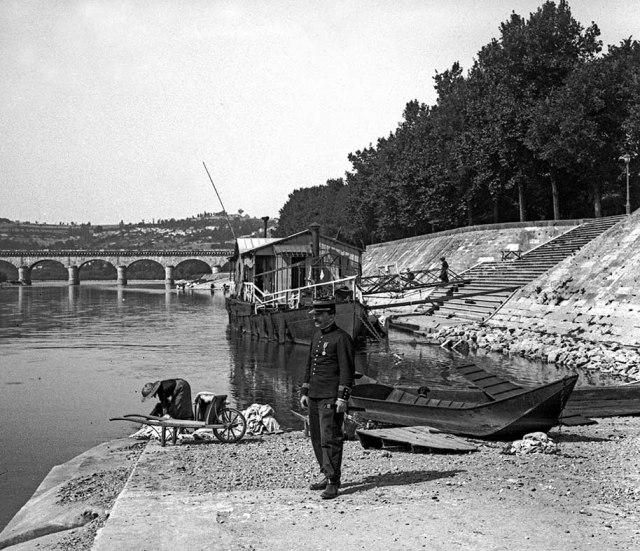 Lavandière et Bateau lavoir sur la garonne en 1907©photo archive Patrick Clermont