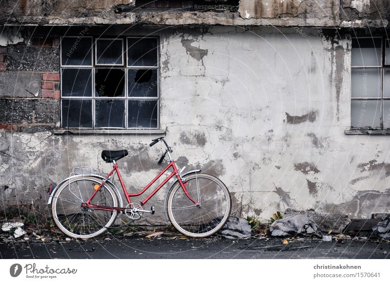 Rotes Fahrrad, graue Wand Trist und kaputt - ein lizenzfreies - graue wand und stein