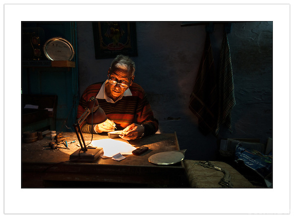 An engraver in his work shop, Chandni Chowk, Old Delhi, India (©2013 Ian Mylam)