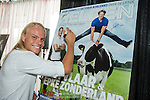 NLD/Ridderkerk/20140814 - presentatie Helden nr. 23, Koen Verweij zet handtekening op de cover van het blad Helden (Anneke Janssen/foto: Anneke Janssen)