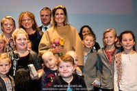 Koningin Maxima bij relatie evenement Villa Joep, het fonds tegen neuroblastoom kinderkanker in het Stedelijk Museum te Amsterdam Queen Maxima at Villa Joep event, the fund against childhood neuroblastoma in the Stedelijk Museum in Amsterdam. Op de foto / On the photo:  Patiëntjes en hun broertjes en zusjes gaan op de foto met Koningin Maxima en Leontine Steijn, oprichtster Villa Joep Patients and their siblings go on the picture with Queen Maxima and Leontine Steyn, founder Villa Joep (EM-Press/Patrick van Emst)