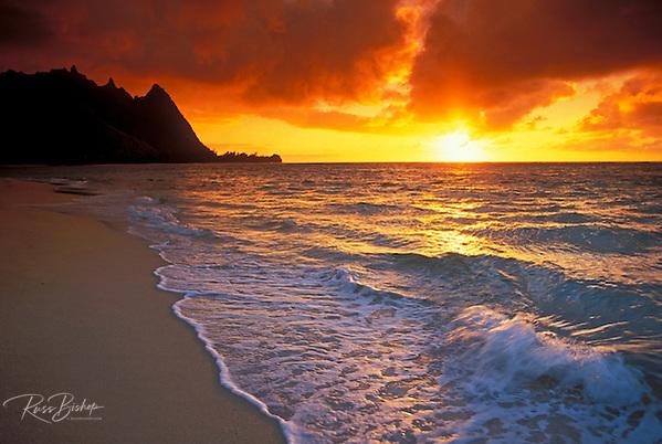 Sunset over surf, sand and peaks from Tunnels Beach, Ha'ena, Island of Kauai, Hawaii (Russ Bishop/Russ Bishop Photography)