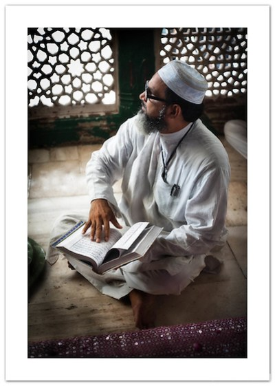 A Muslim scholar studies the Qu'ran in a mosque in Old Delhi (© Ian Mylam)
