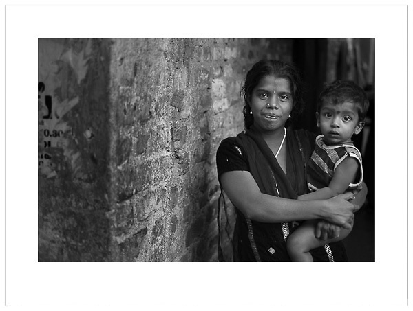 Woman with small child - Chennai, India (Ian Mylam/© Ian Mylam (www.ianmylam.com))
