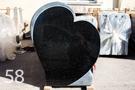 Kapu piemineklis no melna granīta - sirds forma