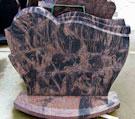 Kapu piemineklis no brūna granīta, pulēts no visām malām