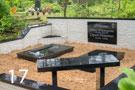 Melna granīta kapu sētiņa ar akmens flīžu apdari