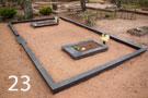 Tumši pelēka granīta kapu sētiņa ar betona pamatu