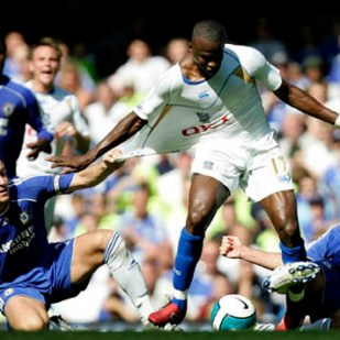 Chelsea's John Terry (L) and Frank Lampard chase Portsmouth's John Utaka (C) during their English Premier League soccer match at Stamford Bridge in London August 25, 2007.