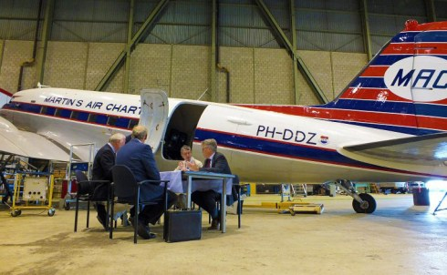 Aviodrome-neemt-DC-3-over-van-DDA-768x576