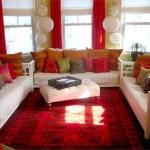 decoración de living blanco y rojo