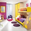 Decoración de habitación infantil con colores brillantes