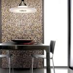 Comedor con una franja vertical de mosaicos a modo deocrativo