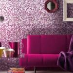 Pared con mosaicos y decoración complementaria