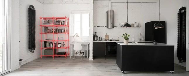estilo industrial, blanco, paredes ladrillo, estantería diseño, estilo nórdico, suelo madera, cocina negra, radiador diseño, campana diseño, dekoloop