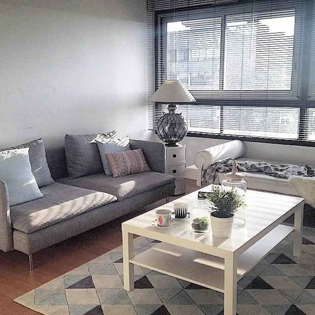 Piękna szara sofa w salonie