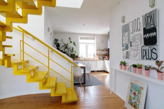 żółte schody w mieszkaniu