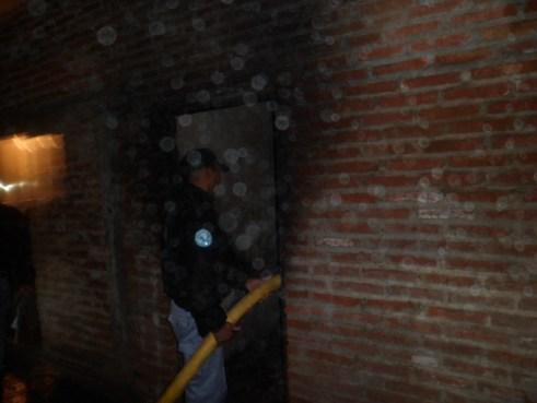 La policía ayuda a apagar el incendio.
