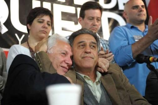 Jorge Altamira celebra los resultados obtenidos con Pitrola. Detrás, Andrea D'Atri, Ramal y Claudio Dellecarbonara.