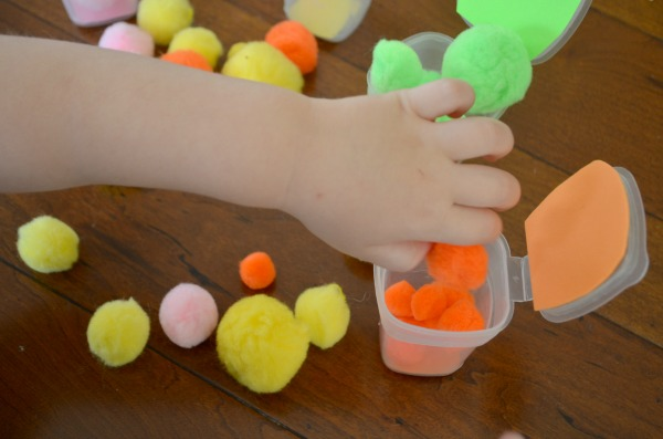 Pom Pom Color Drop - Busy bag for toddlers and preschoolers to practice fine motor skills!
