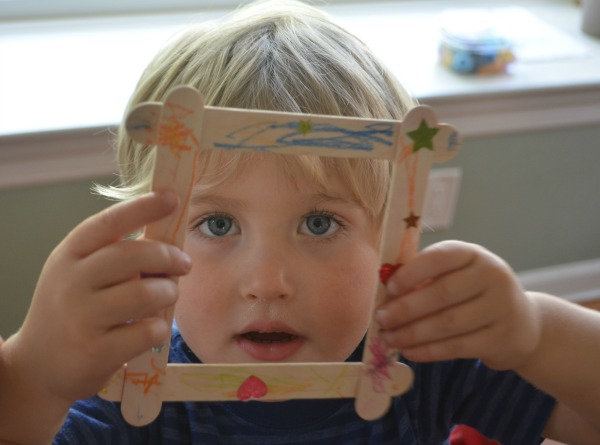 Easy toddler craft - sticker picture frames!
