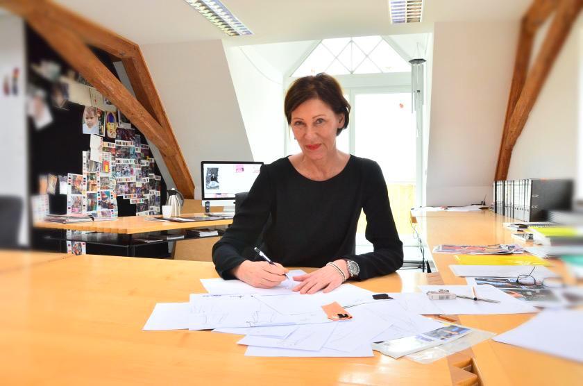Modedesignerin Eva Lutz in ihrem Atelier, im Gutshof der Grafen von Schönborn