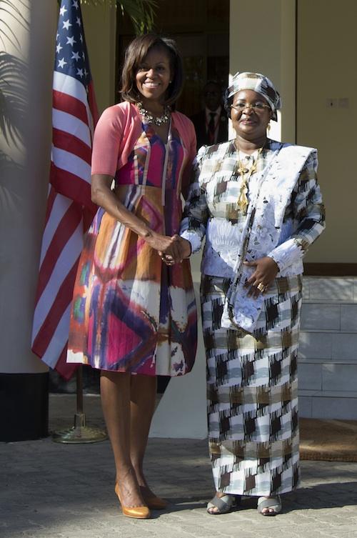 Las dos primeras damas posan para los medios de comunicación. El vestido de Michelle es de Rachel Roy y cuesta 194,58 euros.