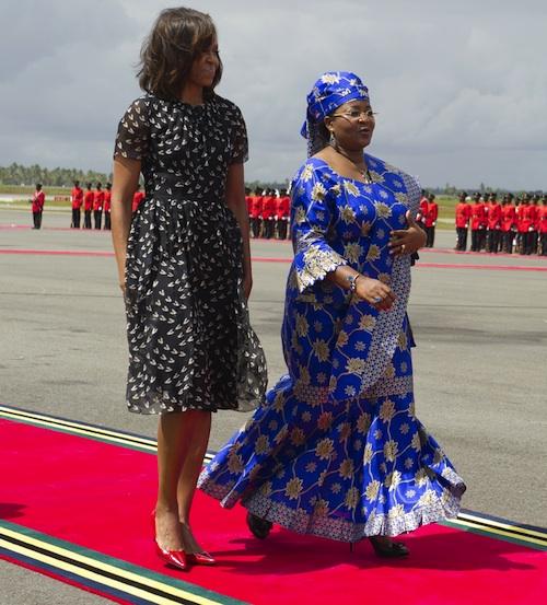 Ayer junto a su homóloga en Tanzania, Salma Kikwete.