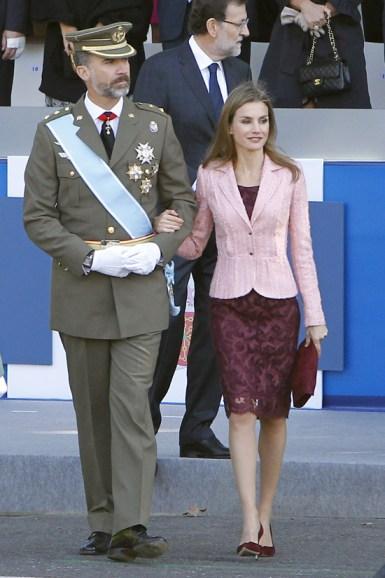 Letizia ha lucido un vestido de encaje color vino (o morado republicano) de Felipe Varela con una chaqueta entallada salmón. La cartera de mano y los tacones a juego.
