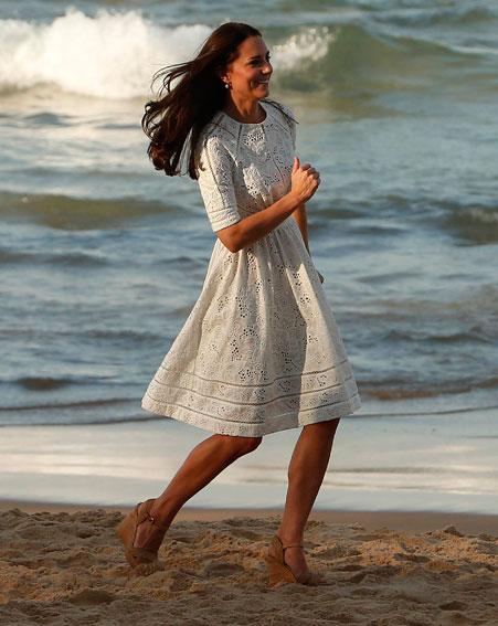 Es capaz de sofisticar la pose de Pamela Anderson en los Vigilantes de la Playa. El vestido es de la firm australiana Zimmermann.