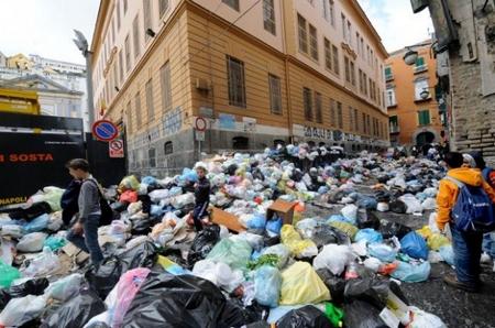 Immondizia. Napoli. Piazza Montecalvario. Scuola Paisiello.