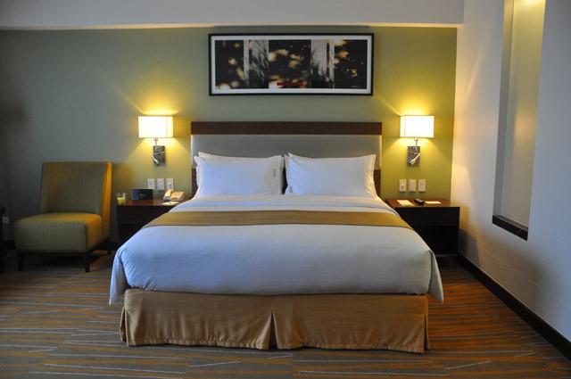 Holiday Inn & Suites Makati Manila Bedroom