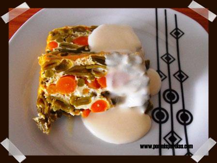 Pastel de verduras con salsa cremosa de queso de cabra