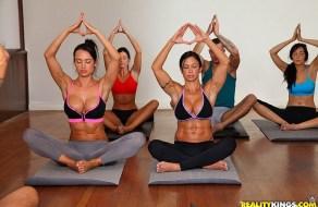 fotos Jewels Jade va a una clase de yoga y se venga del instructor