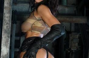 fotos En la fabrica abandonada Angel Dark se desnuda muy sexy