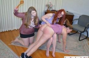 fotos Tres hermanas se divierten dandose nalgadas
