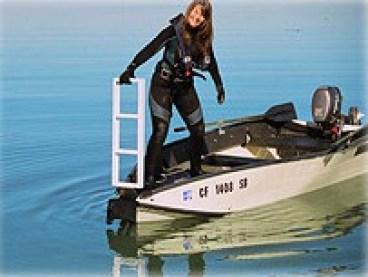 Porta-Deck - Boot Vordeck mit 360 Grad drehbarem Sitz für Angler inkl. zwei Rutenhaltern und einer Bugbefestigung für Elektro-Aussenborder und montierter Badeleiter. Porta-Bote Faltboote Zubehör