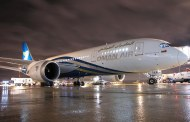 Oman Air pose son Dreamliner à Paris