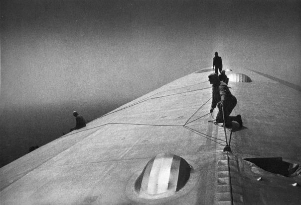 Réparation de l'enveloppe du Graf Zeppelin en 1934... en plein vol