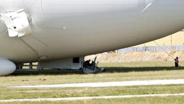 """Airlander 10 après son """"heavy landing"""", le cockpit désolidarisé de l'enveloppe. Crédit: SBNA"""