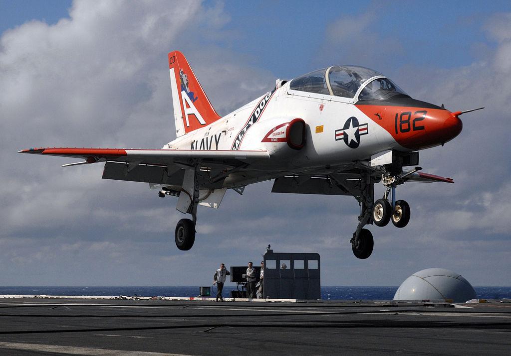 T-45 Goshawk en approche sur le porte-avions USS Truman. Bien qu'il ne remplissait pas les critères élémentaires de l'US Navy, le Hawk fut sélectionné face à un Alphajet biréacteur et nettement plus mature, essentiellement pour des raisons de politique industrielle et de diplomatie. Des critères qui joueront également dans la sélection du T-X, même s'il reste impossible, pour l'heure, de déterminer si ces forces joueront en faveur d'une offre économique taillée pour l'USAF, ou d'une offre musclée taillée pour l'exportation. (Photo Ricardo J. Reyes - US Navy - Wikimedia)