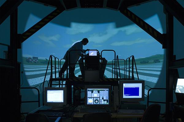 """Le Ground Based Training System du T-100 reproduit un cockpit de T-100 et tout l'environnement extérieur, visuel et sonore. Grâce à des liaisons de données et des systèmes de simulation extrêmements puissants, des élèves au sol, dans des simulateurs, peuvent """"voler"""" aux côtés de leurs camarades présents dans les airs à bord de véritable T-100, pour des missions d'entrainement complexes et particulièrement réalistes. ( © Raytheon)"""