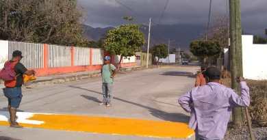 Construyen reductores de velocidad en calle Alzate en el Municipio de Coahuayana