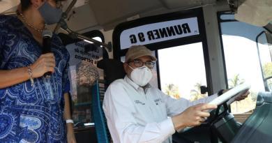 Asiste Gobernador a exposición de modelo de autobuses con combustible a gas natural comprimido