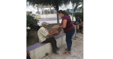 Entrega DIF Municipal despensas adultos mayores en San Vicente