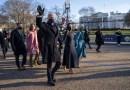 Joe Biden entra caminando a la Casa Blanca acompañado por su familia