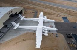 Stratolaunch sai do hangar pela primeira vez