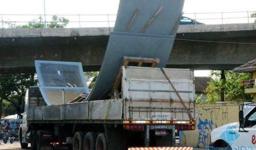 VÍDEO: caminhão fica enroscado embaixo de viaduto em Pinda