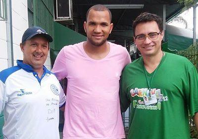 Goleiro Éverson Marques visita a Associação Atlética Ferroviária