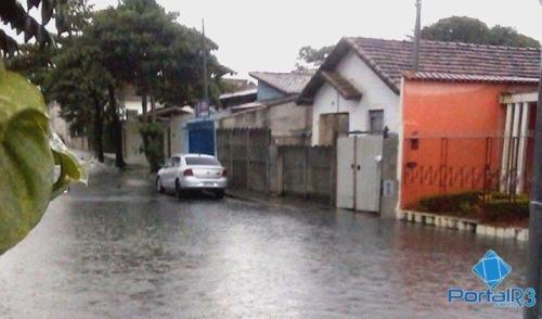 VÍDEO: chuva alaga casas no centro de Pindamonhangaba